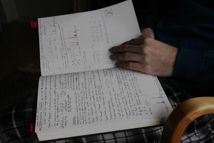 For å forstå og memorere de ulike lovene innen fysikk og kjemi, tegner Figenschou alltid opp modeller. Slik kan også vanskelige områder innen disse fagene bli visualisert.   (Foto: Eva Beate Strømsted)