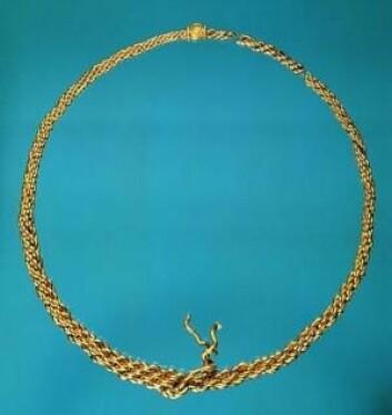 I 1977 ble denne halsringen av gull ble funnet på et jorde ved Kalmergården vest for Tissø. Den er laget på 900-tallet og er om lag 30 centimeter i diameter. For gullet kunne man den gang kjøpe 500 kyr.  (Foto: Den Store Danske)