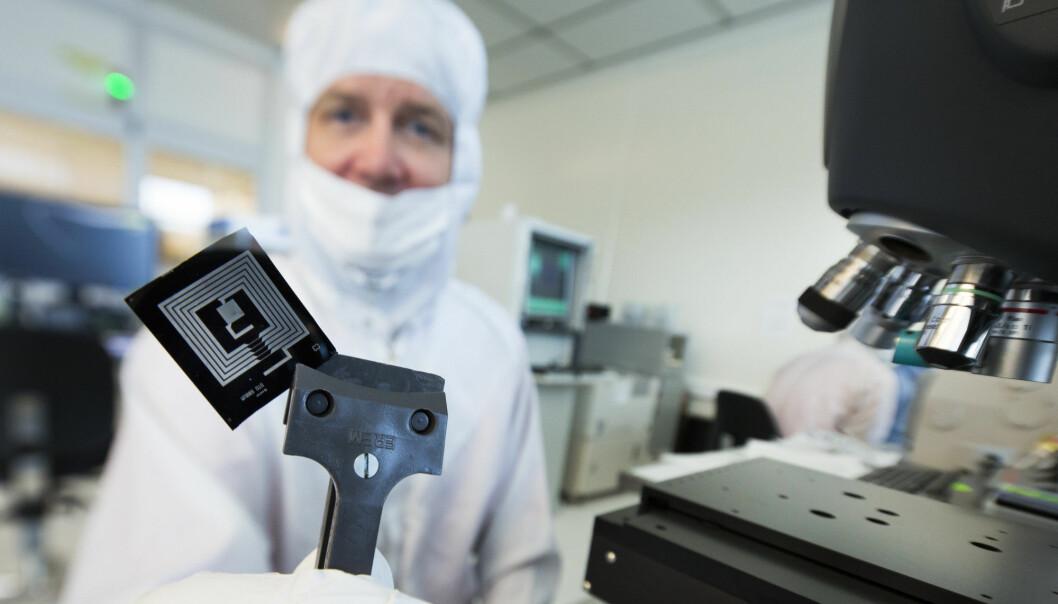Sintef-forsker Geir Uri Jensen viser fram at de har greid å lage elementer med magnesiumkretser som overfører energi. Disse blir borte i vann etter noen timer. (Foto: Werner Juvik, Sintef)