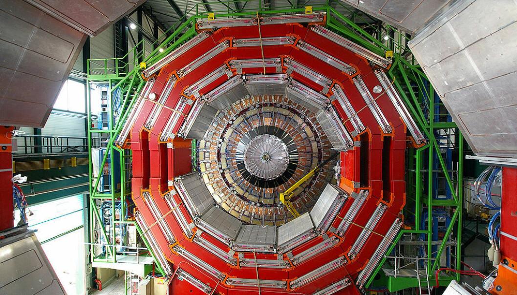 CMS-detektoren ved LHC, som står for de nye partikkelfunnene. Stigen til høyre i bildet gir et godt bilde av størrelsesforholdet. (Foto: CERN)