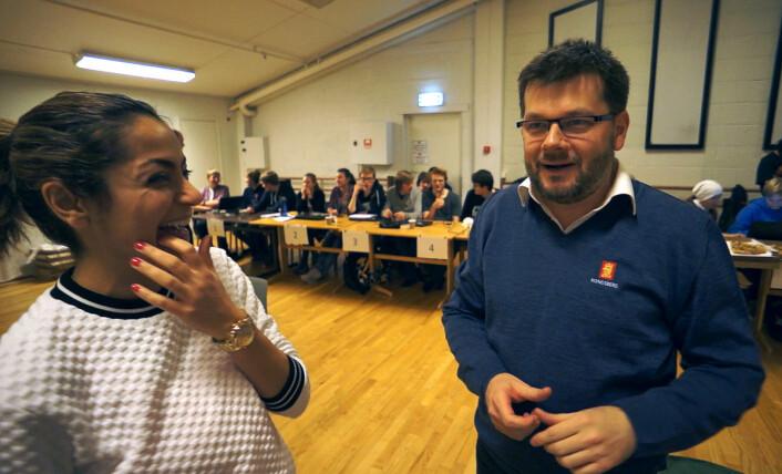 Mana Rambod (t.v) har koreografert lysdansen, sekund for sekund. Jan Dyre Bjerknes har oversatt koreografien til et lyspartitur, som elevene har brukt som utgangspunkt for programmeringen. Ikke alt virker etter planen, men det tar både koreograf og prosjektleder med humør. (Foto: Arnfinn Christensen, forskning.no)