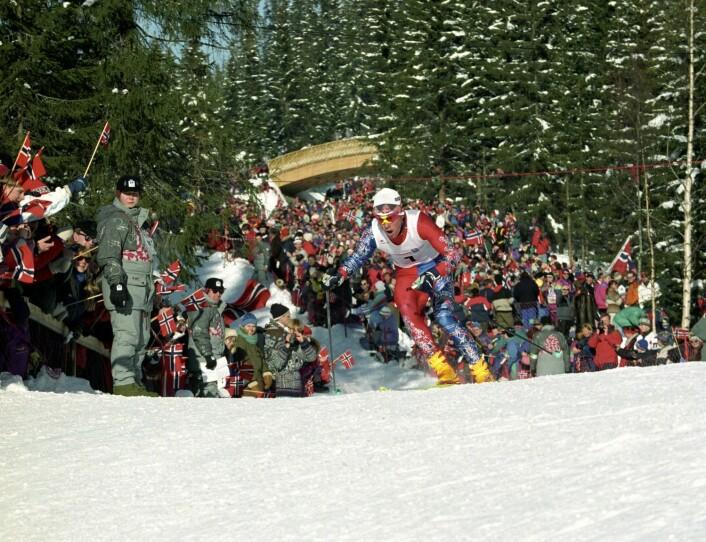 OL på Lillehammer i 1994 ble en folkefest, mye takket være de norske prestasjonene. Her fyker Bjørn Dæhlie inn til seier på 15 km jaktstart for menn.  (Foto: Scanpix, Jan Greve)