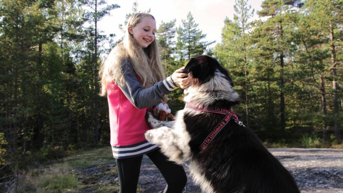 Vilde Christine Tunheim koser med Norges søteste hund, Tapper, som mest sannsynlig også er Norges mest matglade hund.  (Foto: Eva Beate Strømsted)