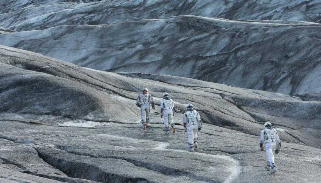 Matthew McConaughey blir i rollen som Cooper nødt til å rusle rundt på en kald planet som ligger faretruende nær et sort hull. (Foto: Warner Bros. Pictures/ SF Norge)