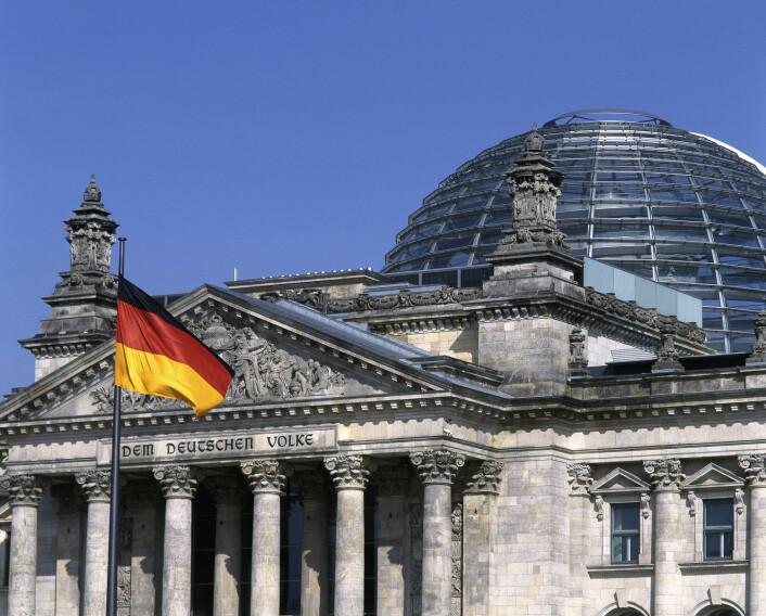 I 1992 fikk den britiske arkitekten Norman Foster i oppdrag å restaurere riksdagsbygningen i Berlin. Restaureringen ble svært omfattende, og alt bortsett fra ytterveggene ble fjernet, inkludert alle endringer gjort på 1960-tallet. Restaureringen regnes som en stor suksess. Den store glasskuppelen ble oppført som en referanse til den opprinnelige kuppelen fra 1894. (Foto: Scanpix, akg-images/Dieter E. Hoppe)