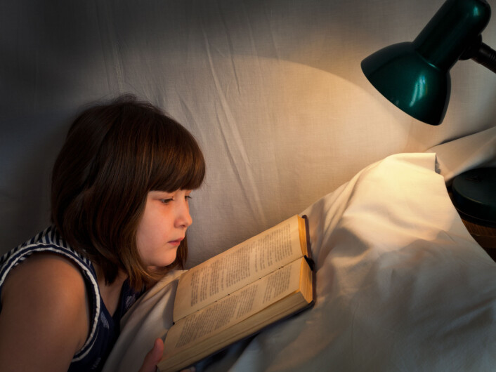 Melatoninproduksjon henger også sammen med eksponering for lys. Siden vi nå kan eksponere oss for lys hele døgnet, kan det også forstyrre søvnrytmene våre. (Illustrasjonsfoto: Colourbox)