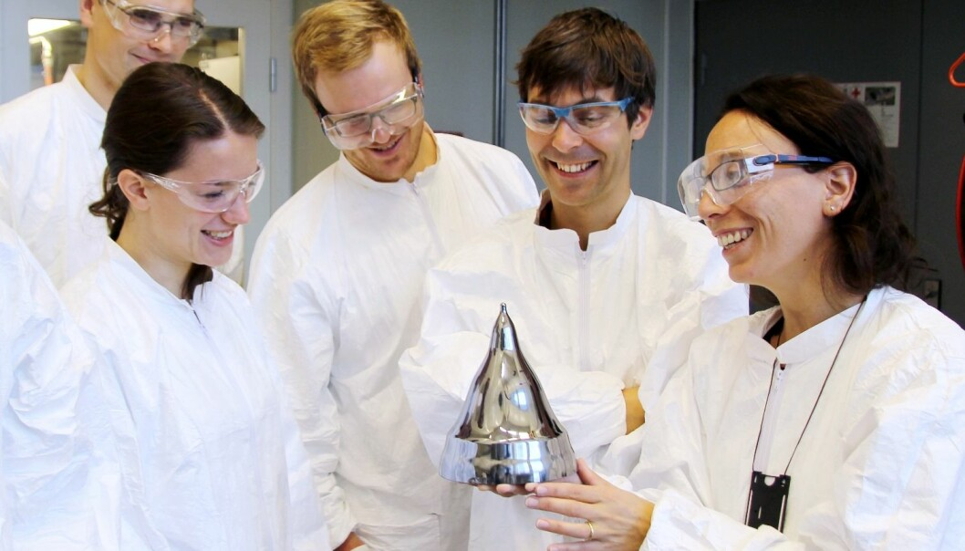 Førsteamanuensis Marisa Di Sabatino sammen med forskerkollegene Cecilie Esser, Krzysztof Adamczyk (bak), Kai Erik Ekstrøm (bak) og Antoine Autruffe ved Institutt for materialteknologi ved NTNU. (Foto: Per Henning, NTNU)