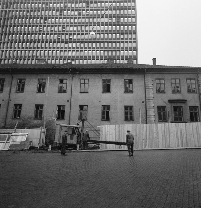 Kvartalet mellom Akersgata, Apotekergata, Grubbegata og Hospitalsgata i Oslo ble oppført av arkitektene Christian H. Grosch og J. R. Pousette i første halvdel av 1800-tallet i tidens empirestil, og fikk navnet Empirekvartalet. Størstedelen av anlegget ble revet 1954 for å gi plass til den nye regjeringsbygningen, tross heftig motstand fra antikvariske myndigheter.  (Foto: Scanpix, Aage Storløkken)