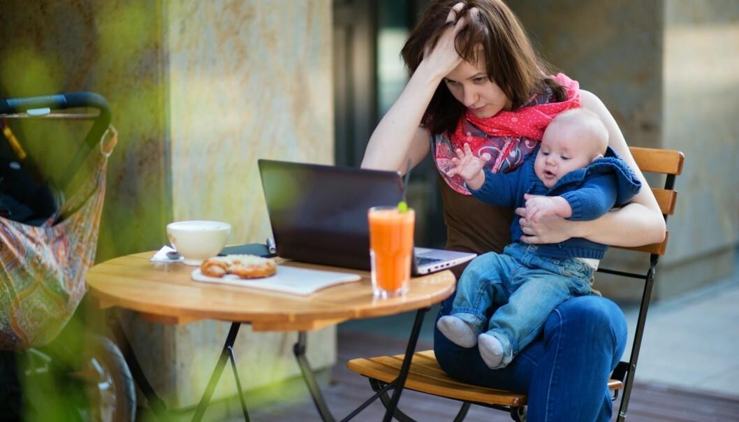 Hypotesen om kvinners dobbeltarbeid gir ikke svar på hvorfor kvinners sykefravær er 70 prosent høyere enn menns. (Foto: Microstock)