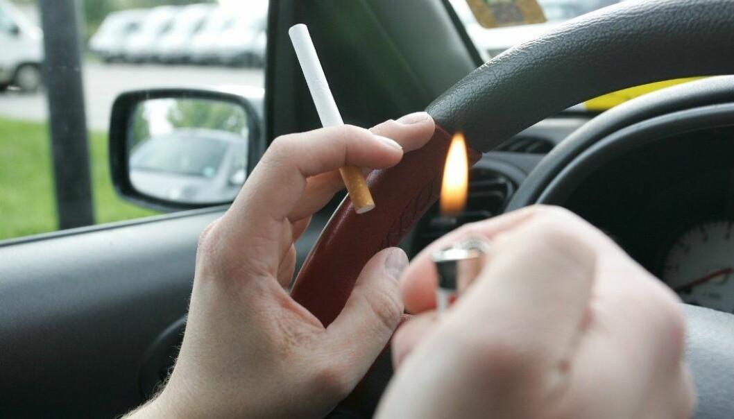 Det kan være helseskadelig for andre å sitte i samme bil som en som røyker, særlig for de som allerede har sykdommer som astma.  (Illustrasjonsfoto: Colourbox)