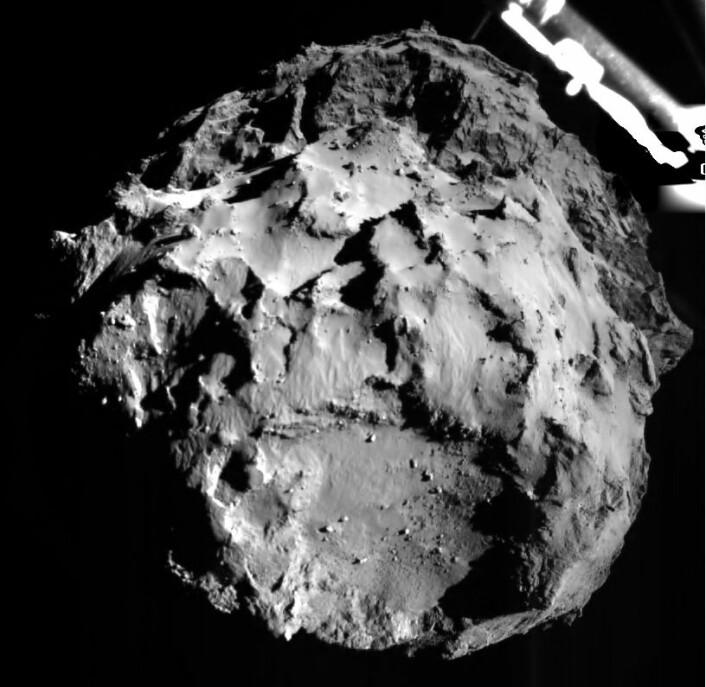 Slik ser det ut når du går inn for landing på en komet. Litt av Philae synes øverst i bildet. Her er Philae 3 kilometer unna overflaten. Foto: ESA/Rosetta/Philae/ROLIS/DLR (Foto: ESA/Rosetta/Philae/ROLIS/DLR)