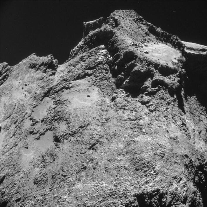 Bilder av kometen 67P tatt av Rosetta på bare 10 kilometers avstand viser hvor arret og bratt overflaten er. Foto: ESA/Rosetta/NAVCAM