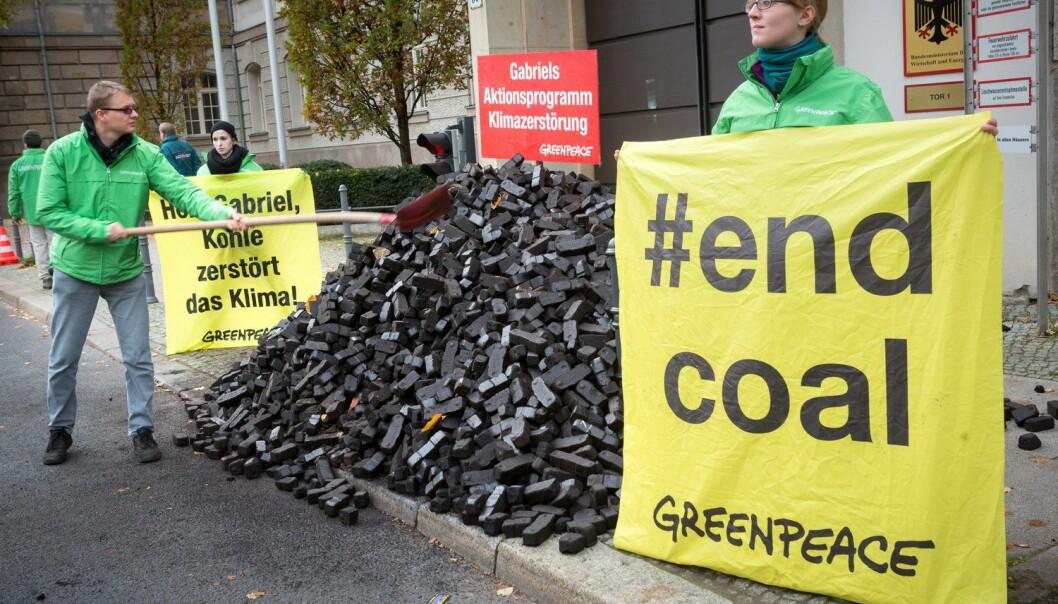 Enkeltpersoner vil spille en nøkkelrolle, tror forsker. Her demonstrerer Greenpeace-aktivister i Berlin i forrige uke. (Foto: NTB Scanpix)