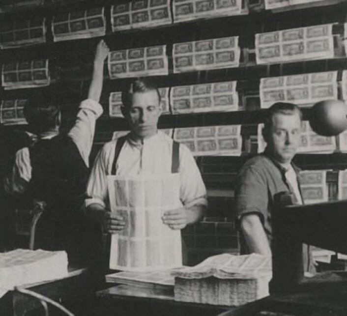 Norges Banks seddeltrykkeri, 1930. Arbeid med kobbertrykk på vått papir. Sedlene måtte henges til tørk.
