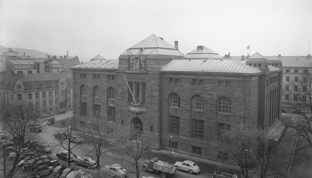 Bankplassen 4 i Oslo, der Norges Bank holdt til fra 1906 til 1986. I dag huser bygget Museet for samtidskunst. Bildet er tatt i 1955. (Foto: NTB Scanpix)