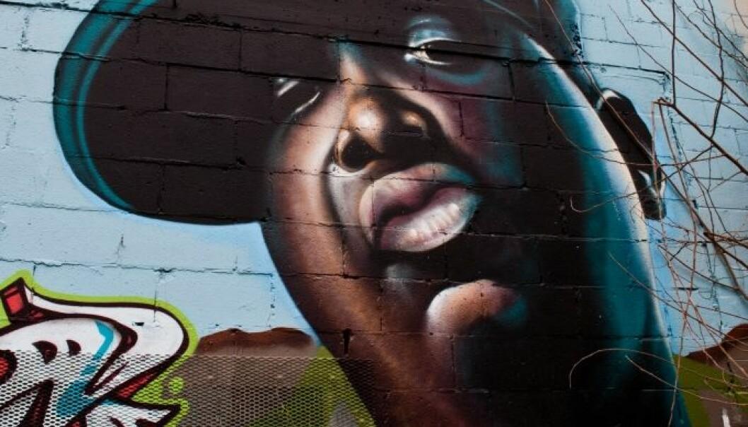 The Notorious B.I.G, eller Christopher George Latore Wallace, skrev låter om hvordan han levde fattigdom og hvordan han kom seg til topps. Låtene kan brukes som inspirasjon, mener forskere.   (Illustrasjonsfoto: Tom Check/Wikimedia)