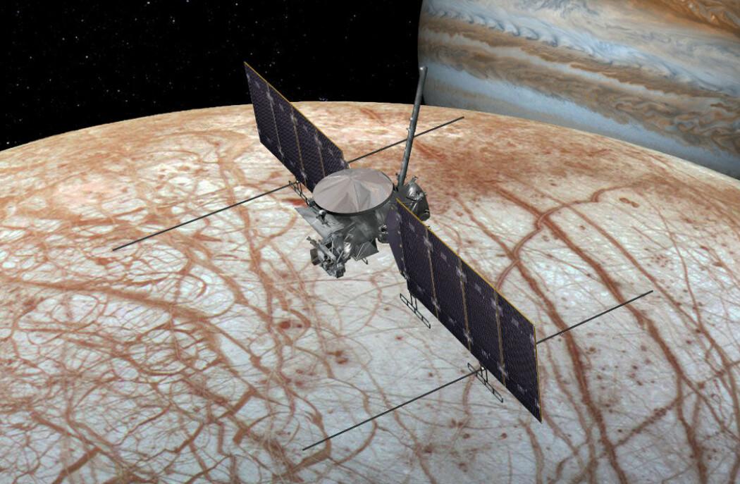 Slik kan Europa Clipper se ut, susende over månen Europa, med planeten Jupiter i bakgrunnen. (Illustrasjon: NASA/JPL-Caltech)