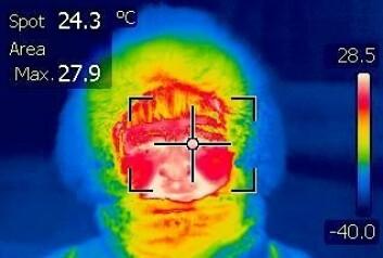 I -40 grader i Karasjok holder øyet høyere temperatur enn andre deler av ansiktet. På bildet tatt med infrarødt kamera er de varmeste områdene markert med hvitt. Det er øynene og området rundt munnen. (Foto: Jon Klokk Slettedal)