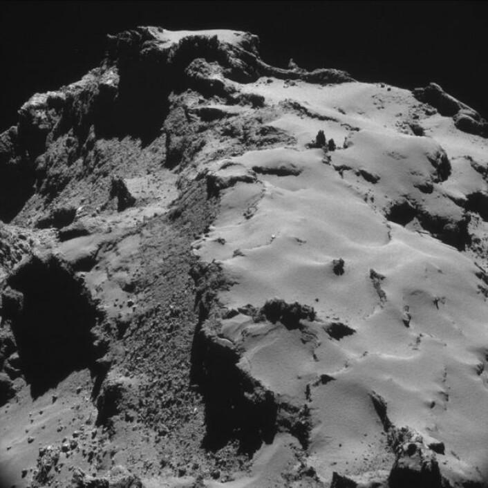 Kometens overflate sett fra Rosetta, på noen få kilometers avstand. (Bilde fra ESAs Rosetta-blogg)