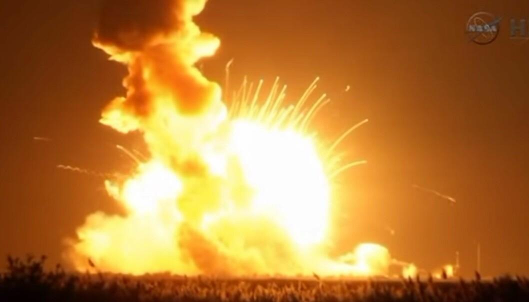 Antares-raketten eksploderte like etter take-off. (Foto: Skjermdump/NASA)