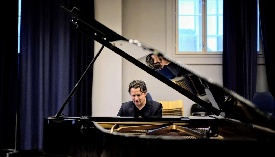 I denne podcasten forklarar pianist og professor Geir Olve Skeie kva som skjer i hjernen når du høyrer musikk, og du kan høyre han spele Chopin. (Foto: Magne Sandnes)