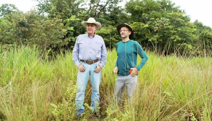 Paulo Barreto (til høyre) er forsker i organisasjonen Imazon, og er jevnlig ute og snakker med landeiere. (Foto: Elise Kjørstad).