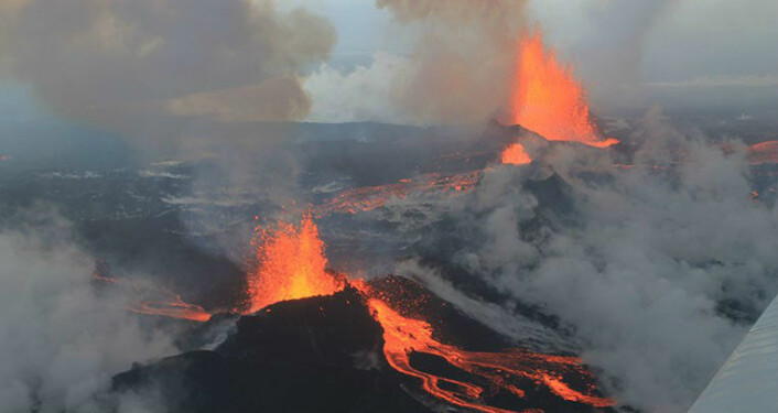 Eruption activity, Sept. 4. Fire fountains and exposed lava streams during early eruptive stages. (Photo: Peter Hartree)
