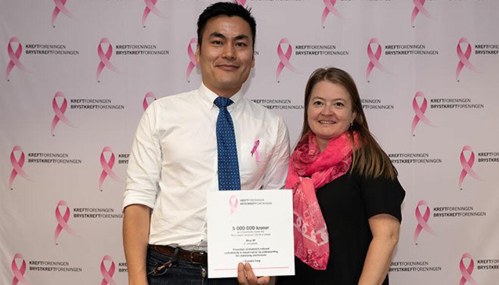 Forsker Evandro Fei Fang og professor Hilde Loge Nilsen under Rosa sløyfe-aksjonens tildeling 29. august 2019. (Foto: Kreftforeningen)