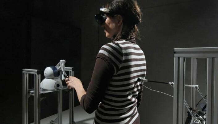 Roboten følger bevegelsene til forsøkspersonen.  (Foto: Alain Herzog/EPFL)