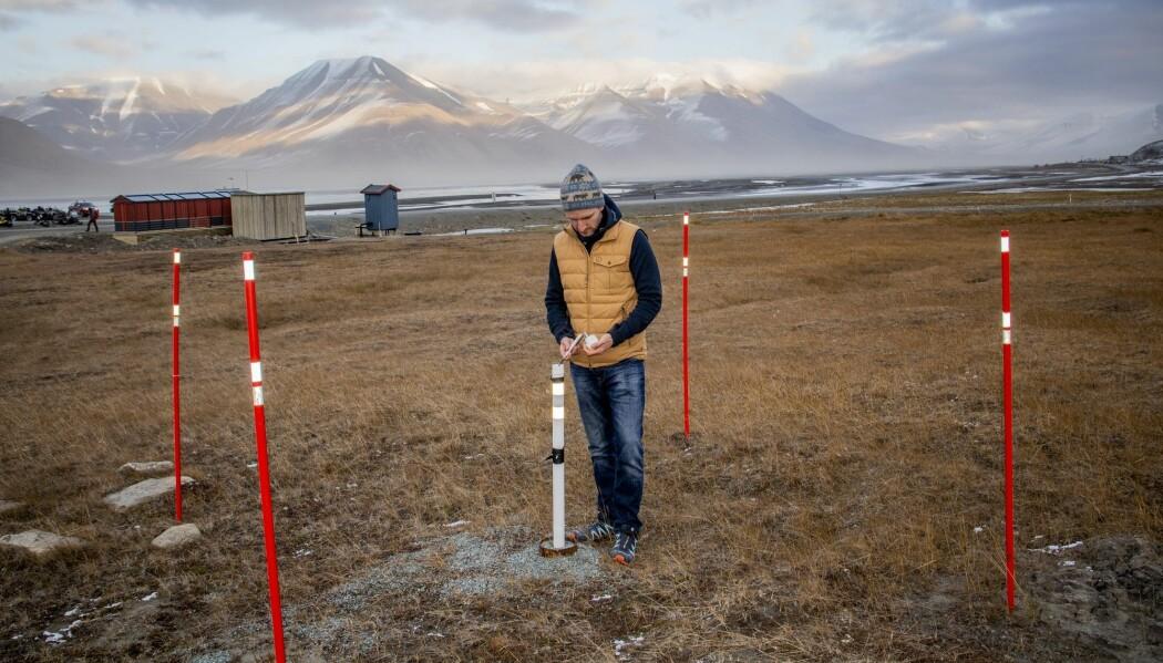 Forsker Graham Gilbert måler temperaturen i permafrosten i Longyearbyen på Svalbard. Temperaturmålere er utplassert i borehull i bakken en rekke steder på Svalbard og i andre arktiske områder. (Foto: Are Føli, NTB scanpix)
