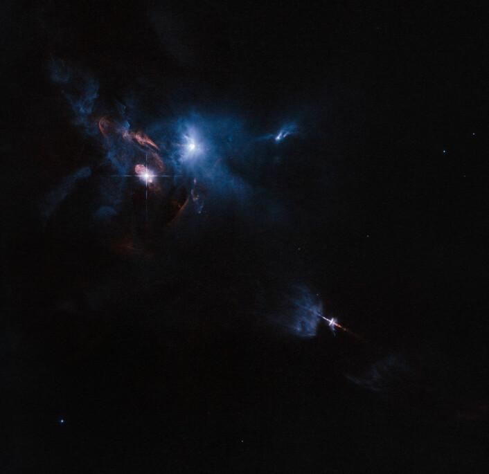 Bildet er tatt av Romteleskopet Hubble og viser omgivelsene til HL Tauri, en ung stjerne omgitt av en protoplanetariske skive. (Foto: ESA/Hubble and NASA)