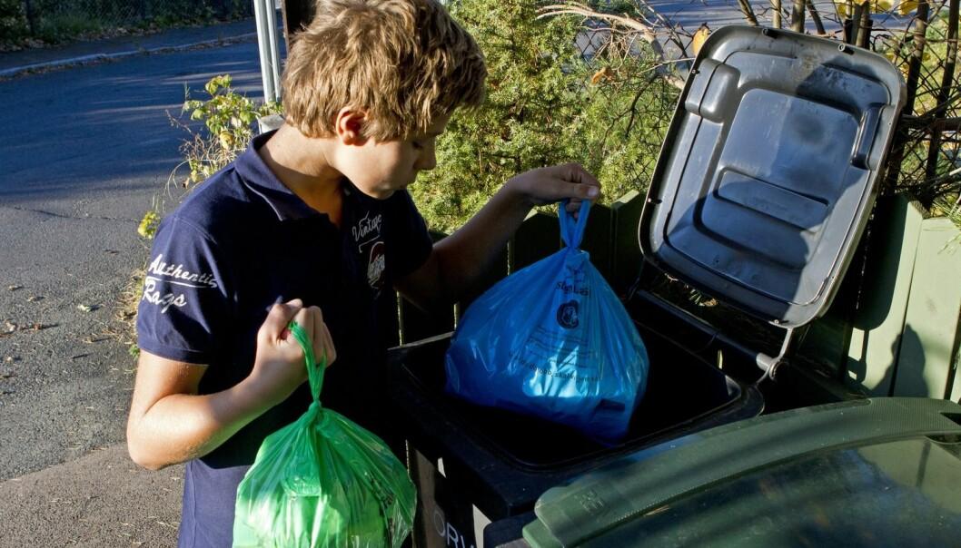 Flink gutt! Plast i blå pose, organisk i grønn. (Foto: Espen Bratlie, Samfoto)