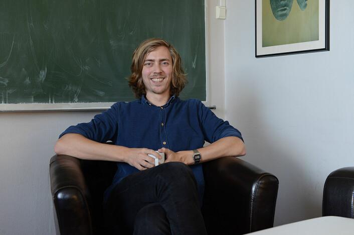 - Det er fristende å la de to verdenene møtes, sier doktorgradsstudent ved UiO Anders Kvellestad. Han sikter til teorien om supersymmetri og observasjonene av mørk materie.  (Foto: UiO)