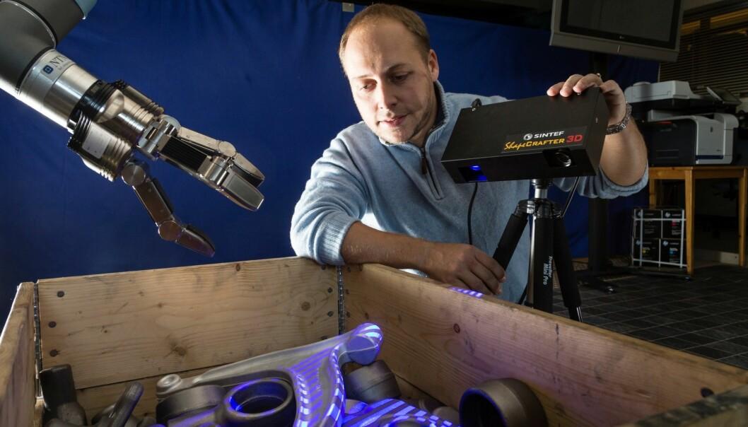 Denne roboten kan se i tre dimensjoner, blant annet ved hjelp av spillteknologi, forklarer Sintef-forsker Øystein Skotheim. (Foto: Thor Nielsen)