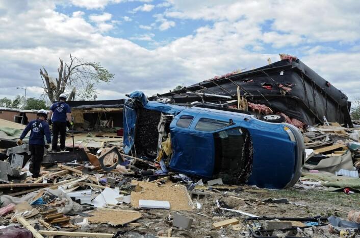 Bildet viser ødeleggelsene etter at en tornado beveget seg gjennom Wichita, Kansas i USA, 15. april 2012. Flere tornadoer kom samtidig og herjet over Midtvesten, og rammet spesielt Kansas-området.   (Foto: EPA/Larry W. Smith)