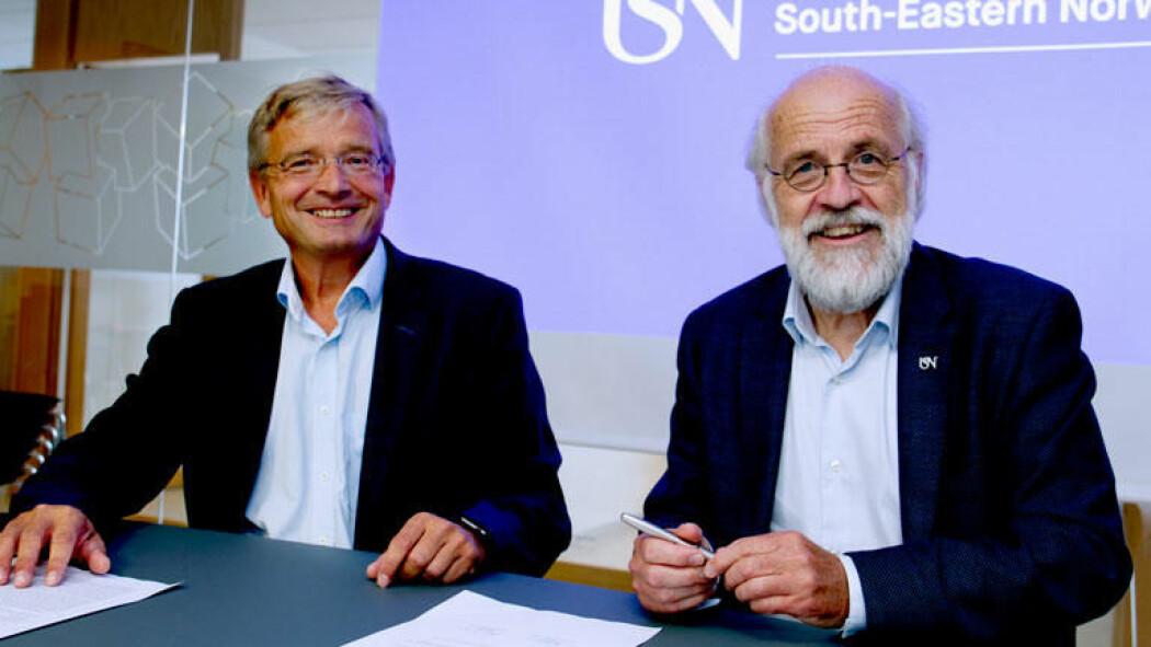 Rektor Petter Aasen (til høyre) er svært fornøyd mottaker av to nye gaveprofessorater gitt av daglig leder Gisle Dahn i Sparebank 1 Stiftelsen BV. (Foto: USN)