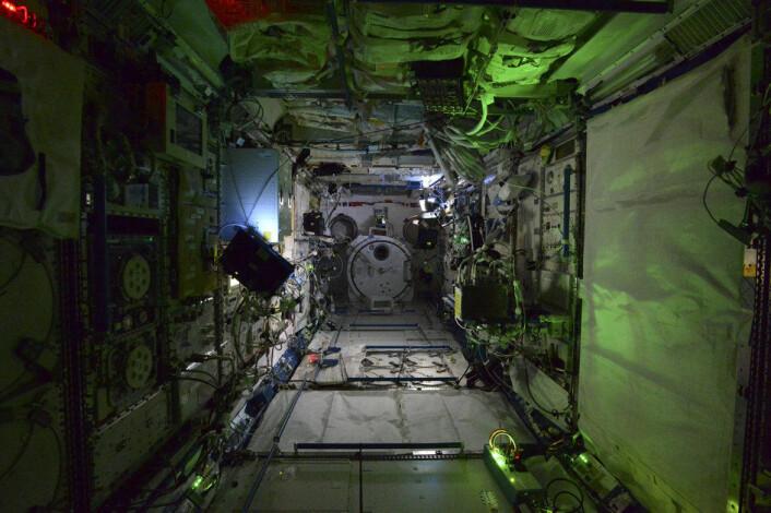 Skummel nattestemning i menneskets fjerneste utpost, den internasjonale romstasjonen. (Foto: ESA)