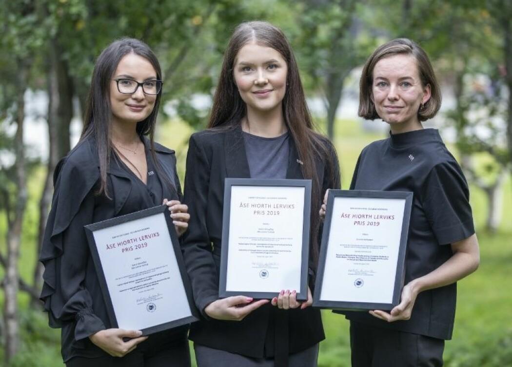 Sabrin Moueffaq (t.v.), Mia Jonine Tostrup og Susanne Ronaldsen fikk årets Åse Hiorth Lerviks priser. (Foto: David Jensen)