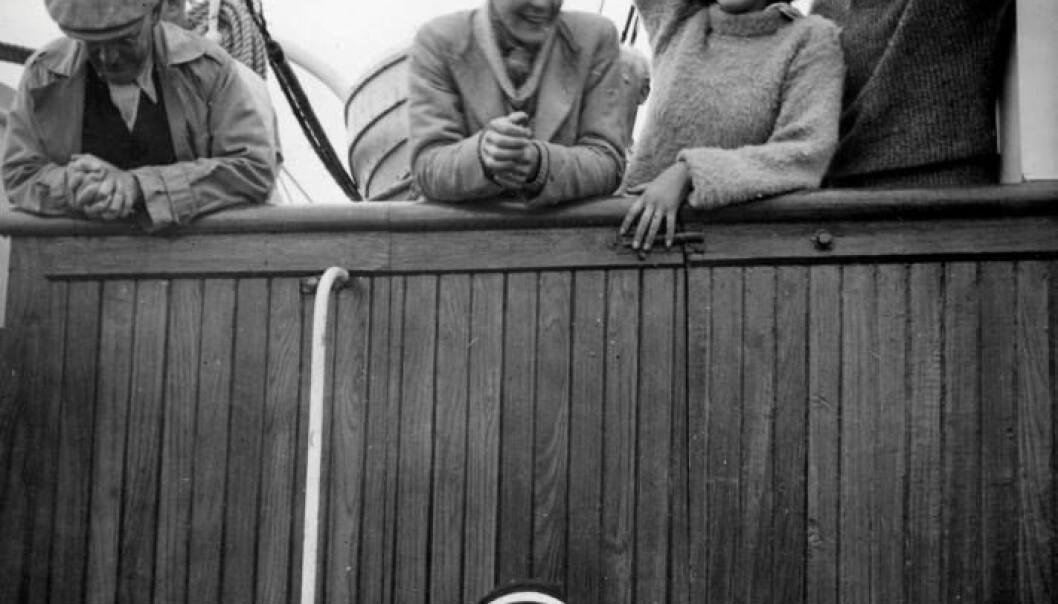 På vei til Grønland. Til høyre for Brit Hofseth står forfatteren som to år senere utga romanen mange mener ærekrenket henne.  (Foto: Norsk Polarinstitutt/Ebbe Arneberg)