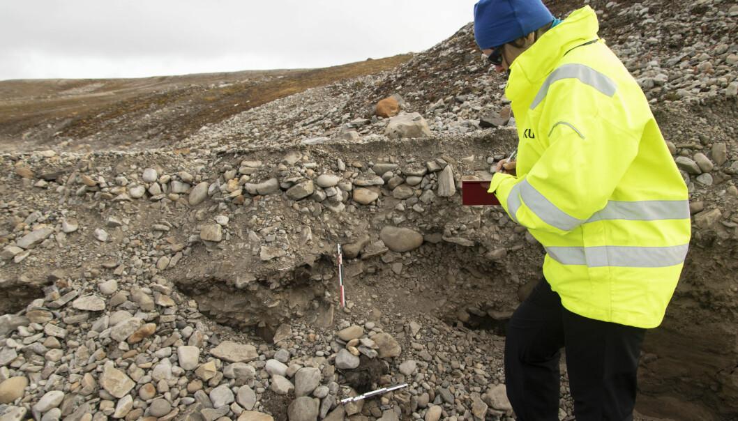 Arkeolog og prosjektleder Vibeke Vandrup Martens ved den ukjente graven. (Foto: Thomas Wrigglesworth, NIKU)