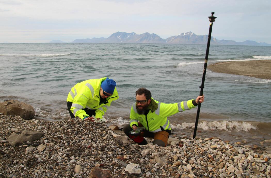 Vibeke Vandrup Martens og Ionut Cristi Nicu fra NIKU studerer den ukjente graven ved utløpet til Linnéelven. (Foto: Thomas Wrigglesworth, NIKU)