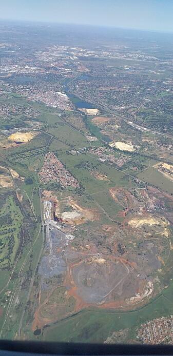 De store brune og grå områdene er spor etter gruvedrift rundt Johannesburg. (Foto: Oda Eiken Maraire)