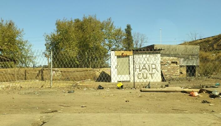 Der det er folk finnes det økonomiske muligheter. Her har en liten hårsalong kommet i stand rett ved siden av det okkuperte bygget. (Foto: Oda Eiken Maraire)