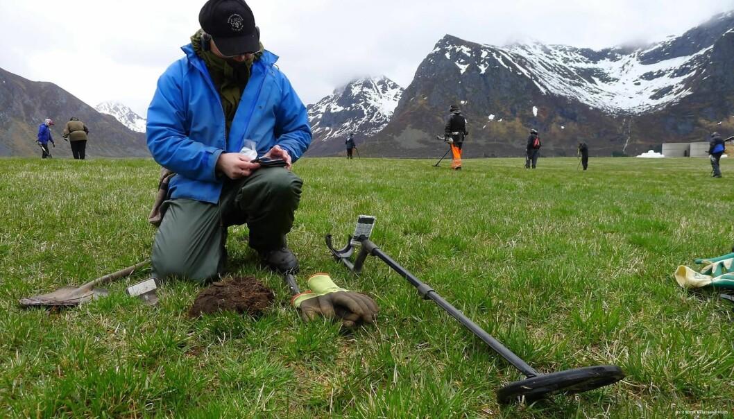 Medlem av Nord-Norsk metallsøkerklubb dokumenterer. Foto: Nord-Norsk metallsøkerklubb