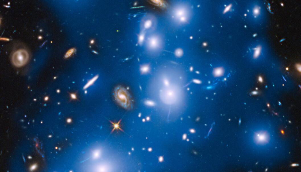 Pandoras gruppe, også kalt Abell 2744, består av over 500 galakser. Den blå gløden er lagt på i ettertid, og representerer gløden fra de ensomme stjernene på vandring mellom galaksene. (Foto: NASA/ESA/IAC/HFF Team, STScI)
