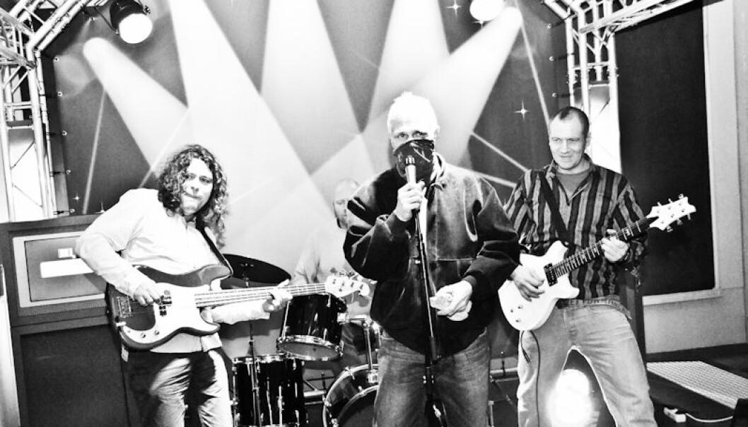 Lars Tuastad (til venstre) har forsket på hvordan et rockeband kan lette overgangen fra fengsel til frihet. Det har han gjort ved å spille i bandet sammen med dem. (Foto: Vidar Alfarnes)