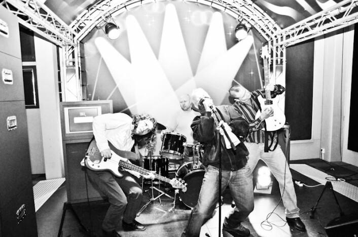 Lars Tuastad, eller Lasse, spiller egentlig gitar, men i Me and THE BAND'its spille han bass. Det er nemlig Siggen (til høyre) som spiller el-gitar i bandet. Trommeslager Geir var med i buekorpset i Bergen da han var liten, og fant lett rockerytmen bak trommesettet i Me and THE BAND'its. Vokalisten, Kjellemann, skriver sanger selv og synger dem inderlig og av full rockehals.  (Foto: Vidar Alfarnes)