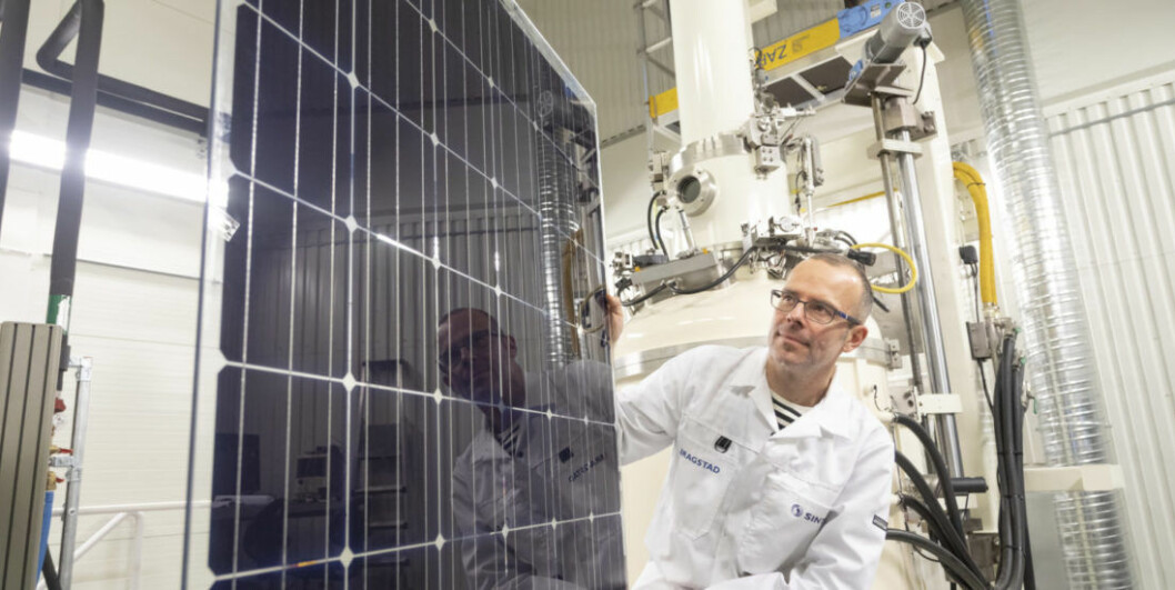 Researcher Martin Bellmann demonstrating the solar panel that can achieve maximum output because it has been fitted with its own cooling system. The panel was developed at SINTEF's solar cell lab. (Photo: Thor Nielsen)