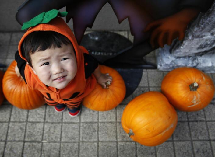 Halloween-feiringen er i ferd med å bli et globalt fenomen. Her er en liten japansk gutt klar for feiring.  (Foto: Scanpix, Yuya Shino)