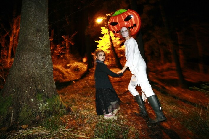 Også voksne er med på Halloween-feiringen. (Foto: Scanpix, Heiko Junge)